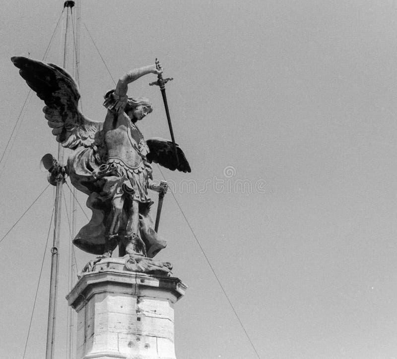 罗马,意大利,1966年-安吉洛二帝堡城炫耀他的从哈德良的陵墓的剑 库存图片