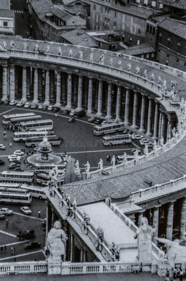 罗马,意大利,1970年-游览车和汽车在广场前面驻防圣彼得罗岛柱廊  免版税库存图片