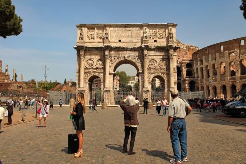 罗马,意大利, 2016年4月7日:拜访Arco de Constanti的游人 图库摄影