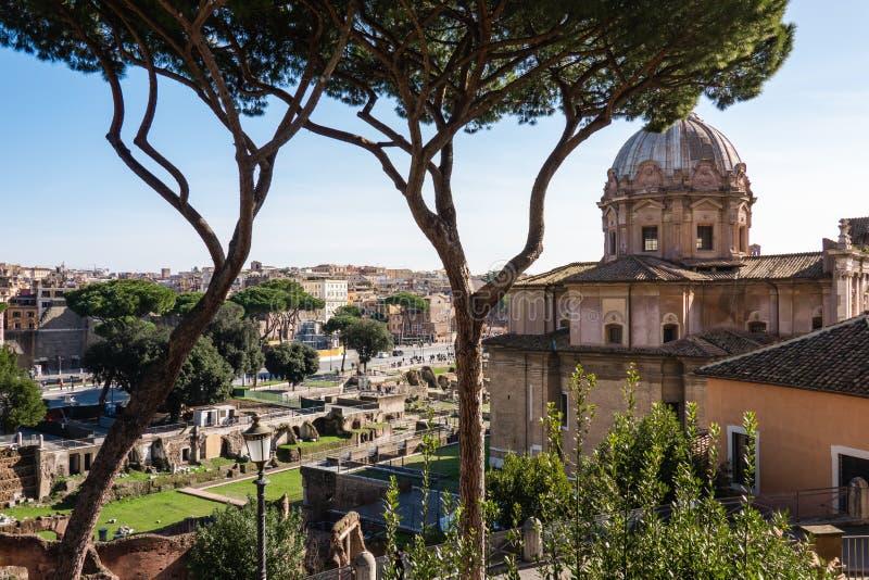 罗马,意大利:古老古罗马广场、古罗马广场和圣约瑟夫教会风景看法  免版税库存图片