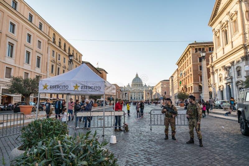 11/09/2018 - 罗马,意大利:守卫通过del的意大利军队士兵 免版税图库摄影
