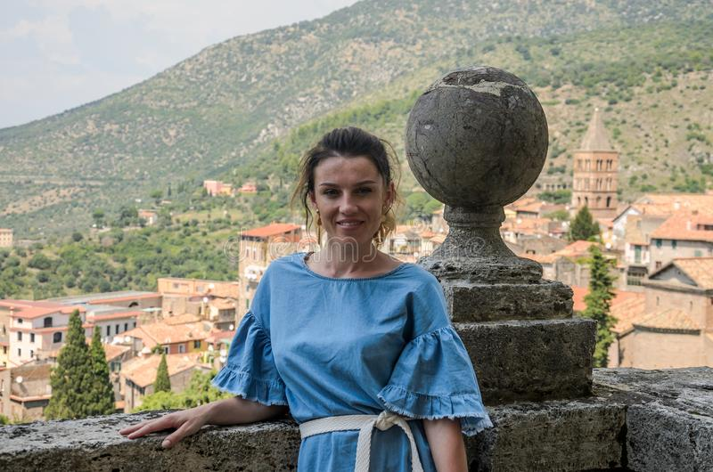 罗马,意大利- 2018年8月:一年轻美女在一个古色古香的阳台在蒂沃利站立在别墅德斯特 免版税图库摄影