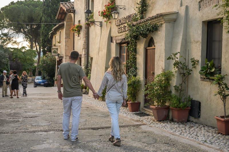 罗马,意大利- 2018年8月:在爱的年轻夫妇走欧洲城市的老街道 库存照片