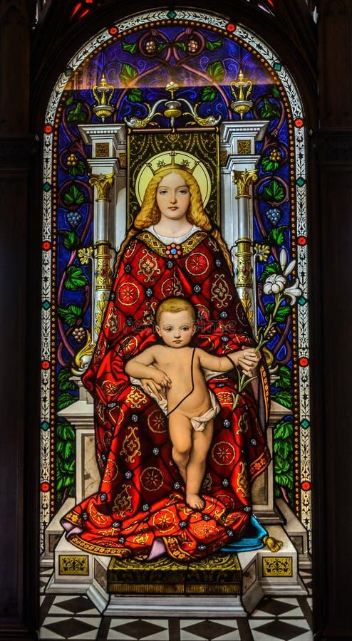 罗马,意大利- 2018年8月:在玻璃的彩色玻璃:上帝的母亲的象有小耶稣的 免版税库存照片
