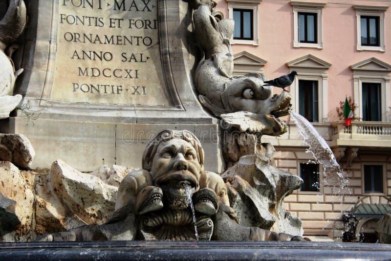 罗马,意大利- 2011年11月:显示喷泉的细节的特写镜头图片在万神殿广场della Rotonda 免版税库存图片