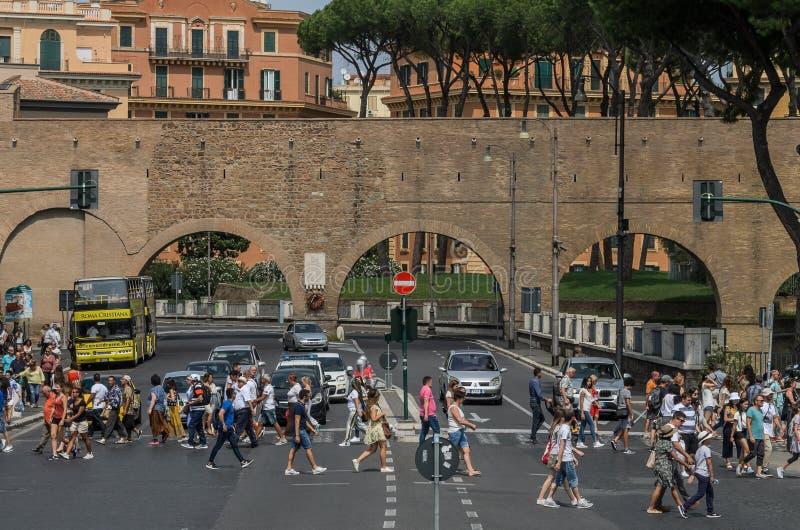 罗马,意大利- 2018年8月:穿过路的人们在一条行人交叉路在罗马,意大利 库存图片