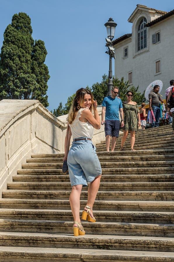 罗马,意大利- 2018年8月:西班牙广场台阶的年轻美女在罗马,意大利 库存照片