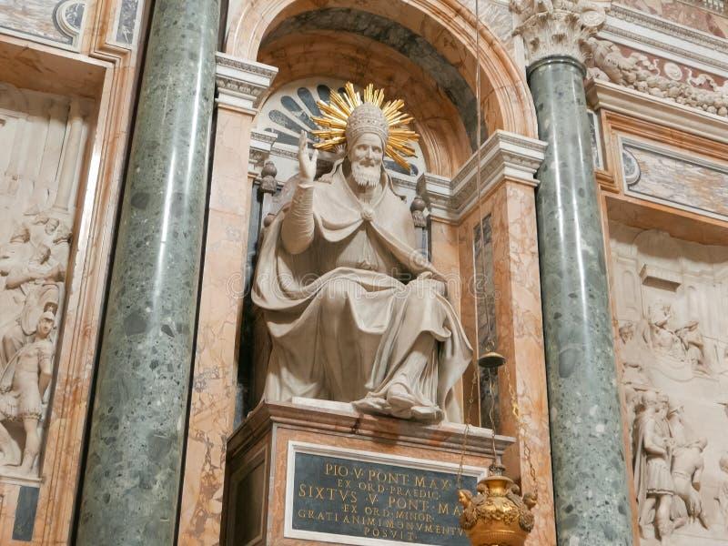 罗马,意大利2015年9月30日:一个雕象的近景在大教堂圣塔玛丽亚maggiore里面的,罗马, 免版税库存照片