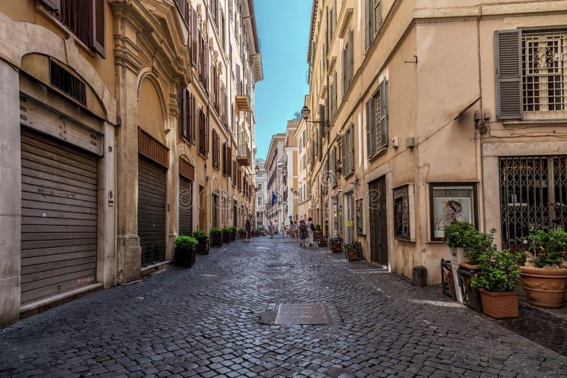 罗马,意大利- 2018年8月22日:典型的老罗马狭窄的街道 在老墙壁附近的可爱的植物 免版税库存照片