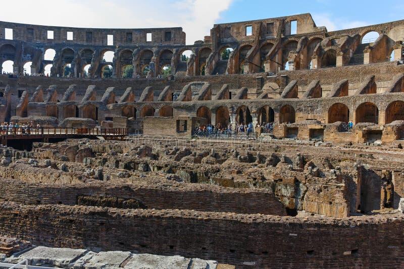 罗马,意大利- 2017年6月24日:参观罗马斗兽场的里面部分游人在市罗马 免版税库存照片