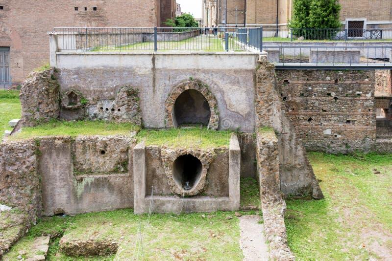 罗马,意大利- 2019年5月3日:古老下水道遗骸在桑蒂路卡e马丁纳角教会的  免版税库存照片