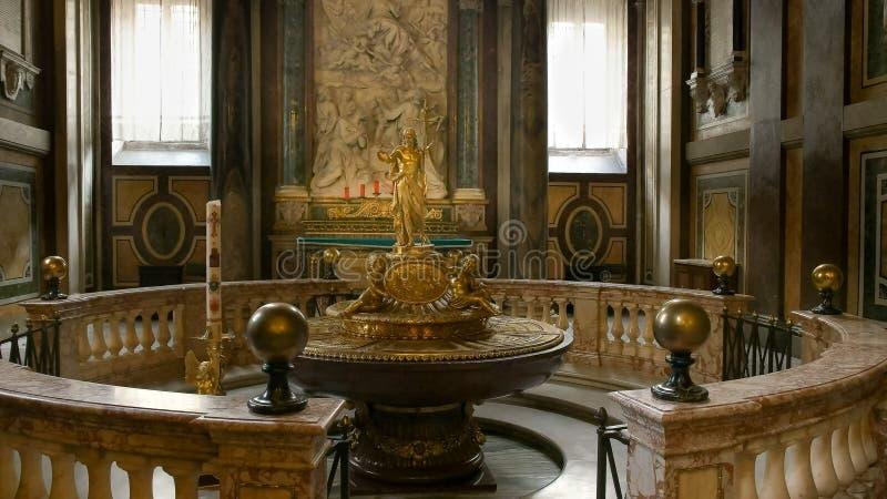 罗马,意大利2015年9月30日:在大教堂圣塔玛丽亚maggiore里面的金雕象,罗马 库存图片