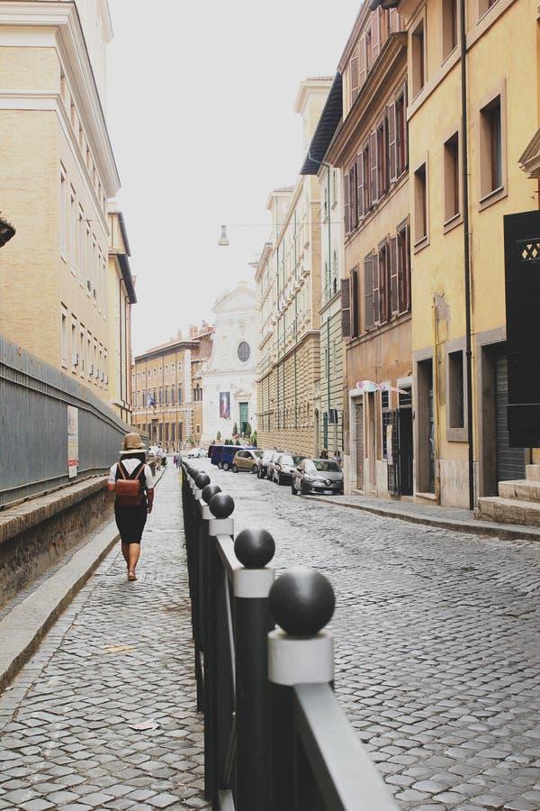 罗马,意大利- 2017年9月02日:女孩在罗马街道上走看见看见城市 免版税图库摄影