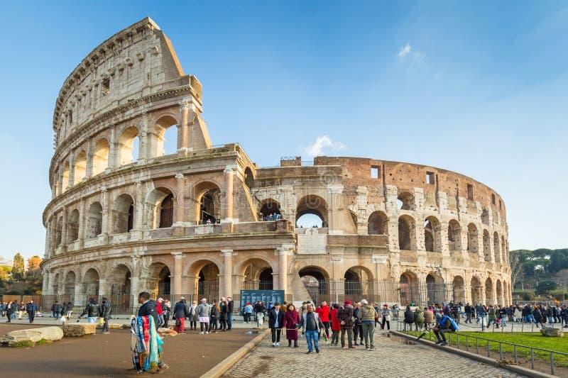 罗马,意大利- 2019年1月11日:罗马斗兽场的人们在罗马在好日子,意大利 图库摄影