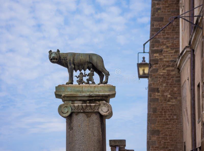 罗马,意大利- 2019年5月3日:Capitoline狼Lupa喂养罗马的罗慕洛创建者和雷穆斯的Capitolina的古铜色雕象 图库摄影