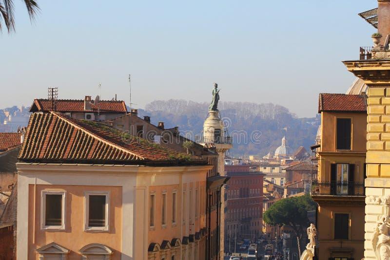 罗马,意大利2018年12月29日- Trajan的专栏是纪念罗马皇帝Trajan的一个罗马凯旋式专栏 免版税库存图片
