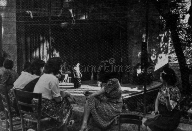 罗马,意大利1937年-有些女孩出席一个室外剧院展示 库存照片