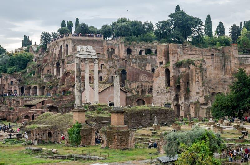 罗马,意大利- 2015年10月:游人走并且拍在照片的照片在古老废墟的游览中古老皇家 免版税库存照片