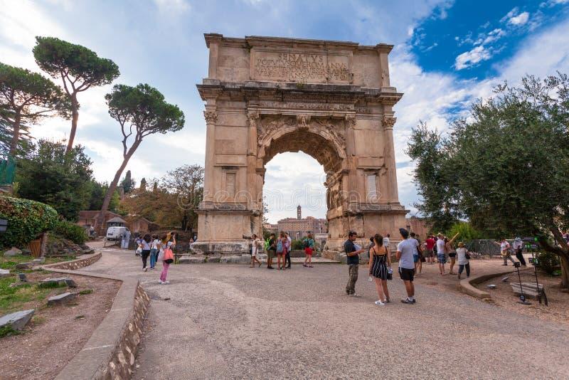 罗马,意大利- 2016年9月12日:参观曲拱泰特斯(Arco di铁托)的游人在罗马广场 免版税库存图片