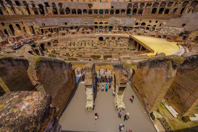 罗马,意大利- 2015年6月13日:参观罗马大剧场,从输入的里面看法的游人在上面 图库摄影