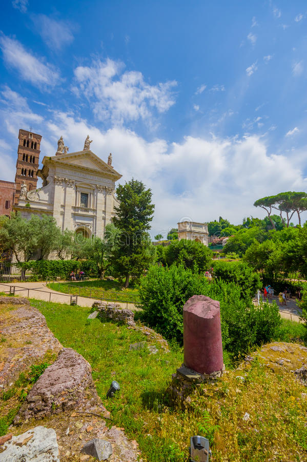 罗马,意大利- 2015年6月13日:在罗马广场、好的矮小的古城和大寺庙里面在中部 免版税库存图片