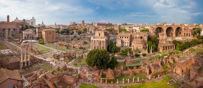 罗马,意大利- 2016年9月12日:在罗马广场的Veiw在日落期间的罗马 免版税库存照片