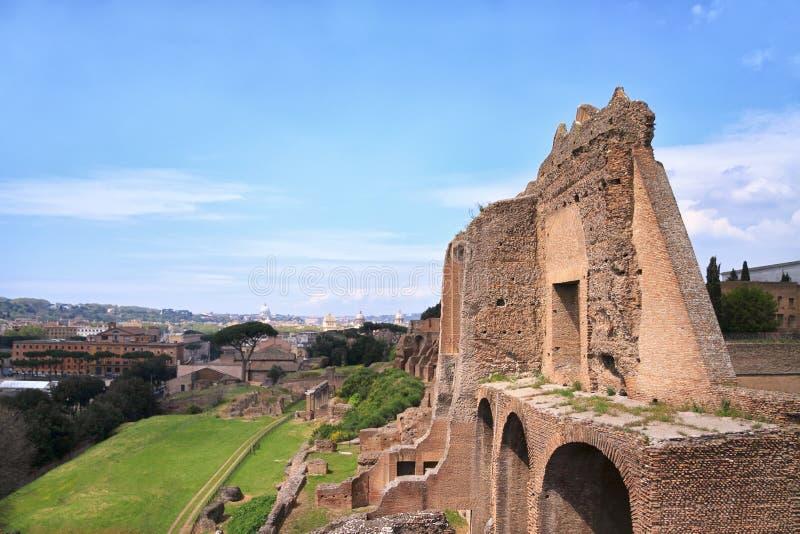 罗马,意大利- 2010年4月16日:对罗马废墟和罗马市的看法 免版税库存图片