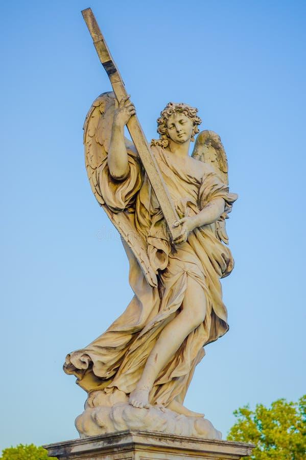 罗马,意大利- 2015年6月13日:石sculture在罗马,与拿着十字架的翼的天使 库存照片