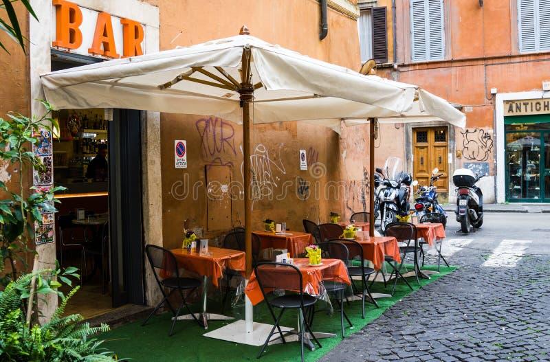 罗马,意大利- 2015年3月21日:禁止在街道上的餐馆在罗马,意大利的历史中心 免版税库存照片