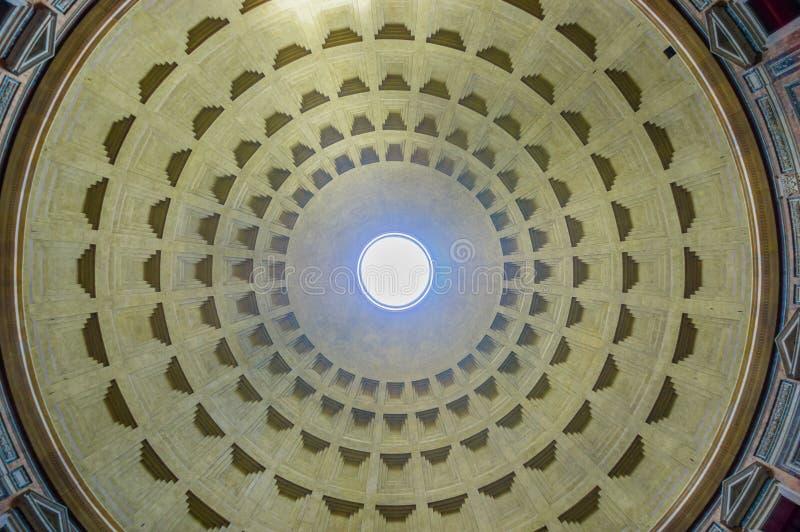 罗马,意大利- 2015年6月13日:Agrippa大理石屋顶建筑、巨大看法和好的建筑学万神殿  免版税库存图片