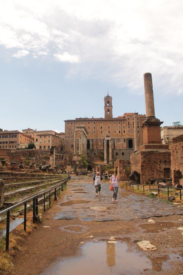 罗马,意大利- 9月1,2017:在罗马斗兽场里面的美丽的老历史建筑 库存图片