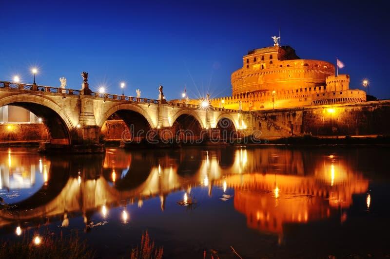 罗马,意大利- Castel Sant& x27; 安吉洛& x28; Hadrian& x29陵墓;并且在河台伯河的桥梁在晚上 图库摄影