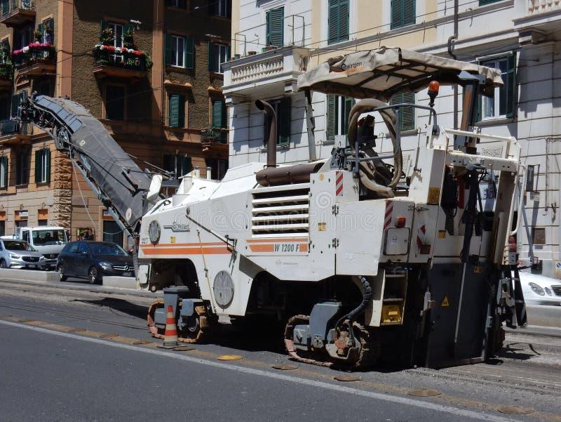 罗马-履带牵引装置路铣床 免版税库存图片