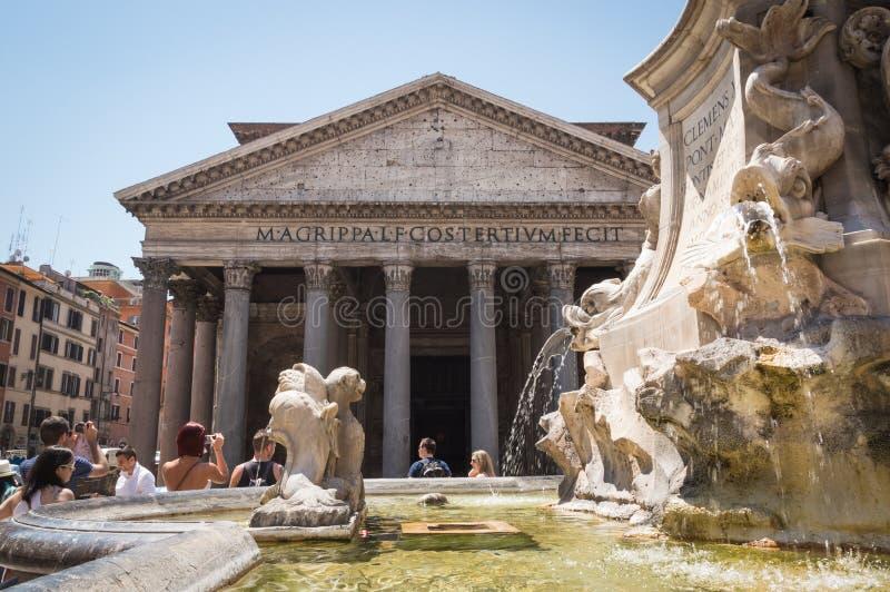 罗马- 2014年7月18日:在喷泉附近的游人在阿格里帕万神殿之外在一个热的夏日 库存照片