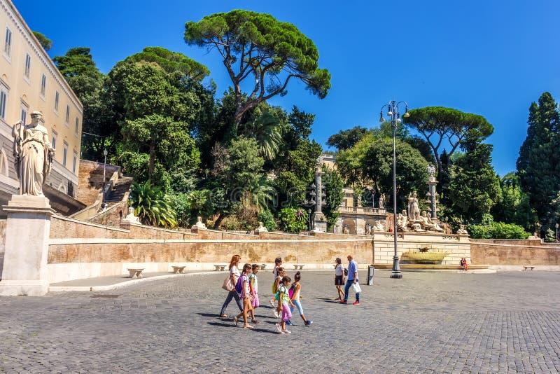 罗马/意大利- 2018年8月28日:走在Piazza del Popolo的意大利女小学生在大阳台附近 库存图片