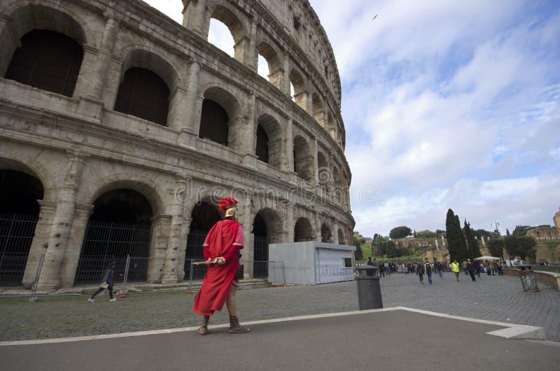 罗马/意大利- 2015年4月23日-:有站立在Colloseum前面的争论者衣裳的一个人 免版税图库摄影