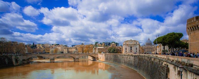 罗马-梵蒂冈和大教堂聚焦,横跨Tiver,意大利 免版税库存图片