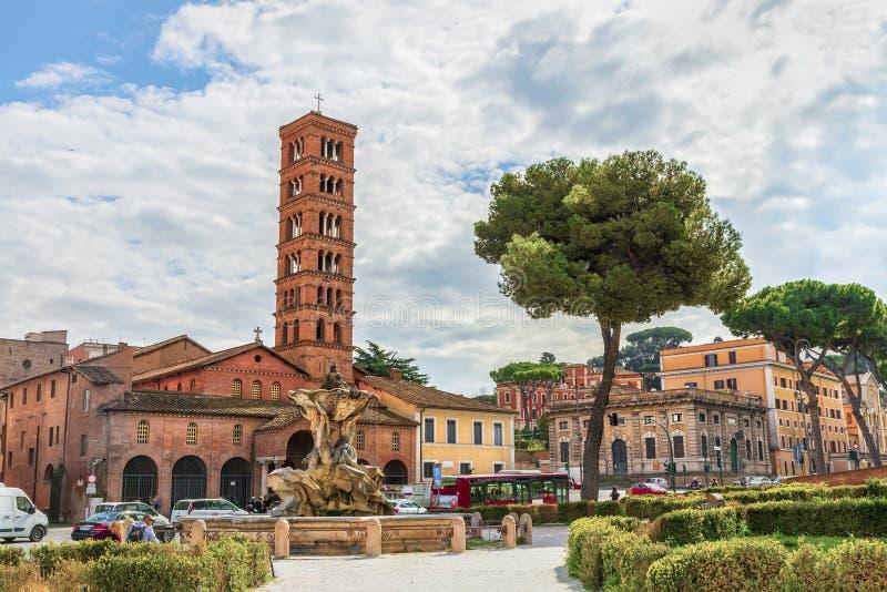 罗马 氚核喷泉(克罗F 圣玛丽Bizzaccheri)和大教堂在Cosmedin 免版税库存图片