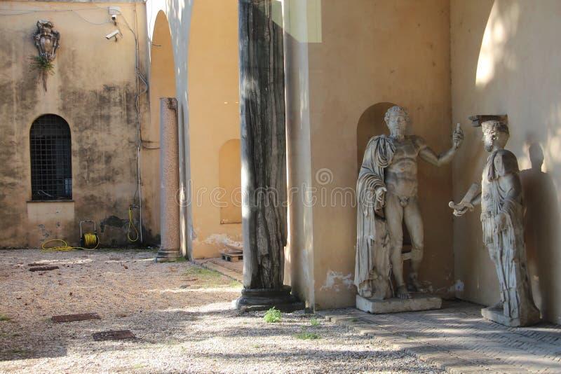 罗马Capitoline博物馆:雕象在庭院里 图库摄影
