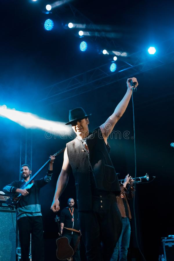 罗马Iagupov, Moldovian民间摇滚乐队Zdob在生活音乐会的si Zdub的歌手,在涅米罗夫,乌克兰, 21 10 2017年,社论照片 库存照片