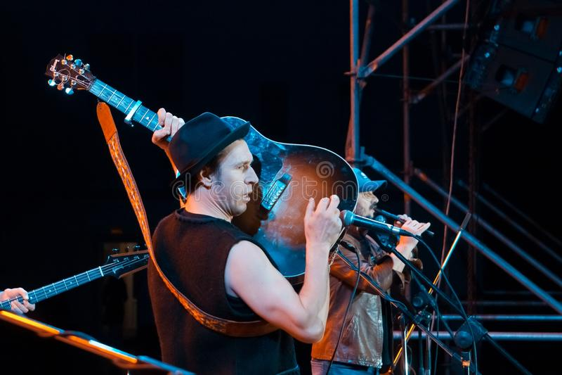 罗马Iagupov, Moldovian民间摇滚小组Zdob si Zdub的歌手,弹吉他在生活音乐会在涅米罗夫,乌克兰,社论照片 免版税库存图片