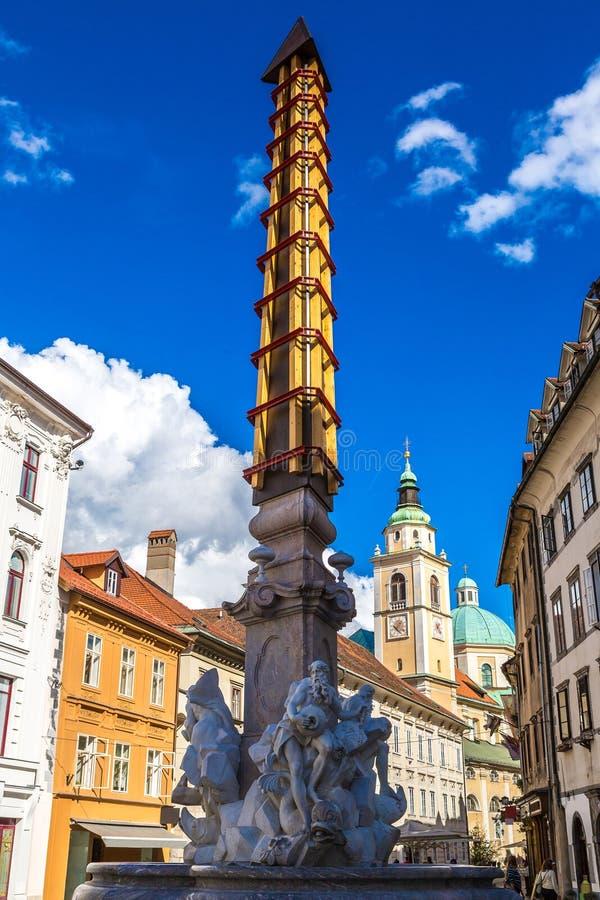 罗巴喷泉和圣尼古拉斯大教堂在卢布尔雅那 免版税库存照片