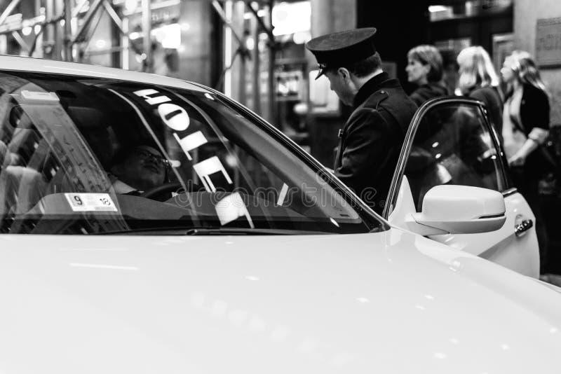 罚款司机的警察黑白射击 免版税库存图片
