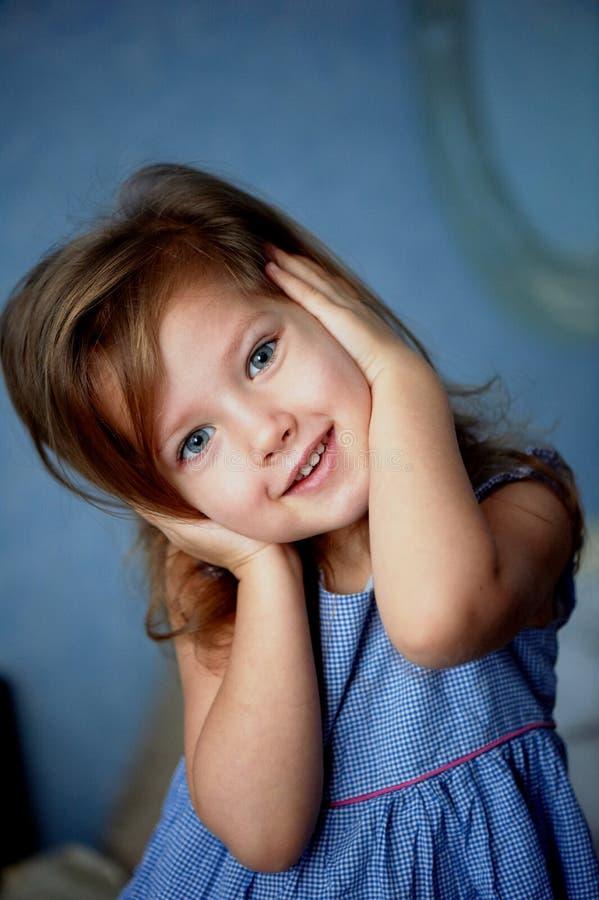 罪恶听到没有 婴孩3年关闭耳朵手 图库摄影
