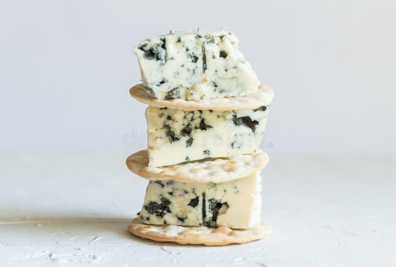 羊乳干酪乳酪在白色背景的薄脆饼干楔住 免版税库存图片