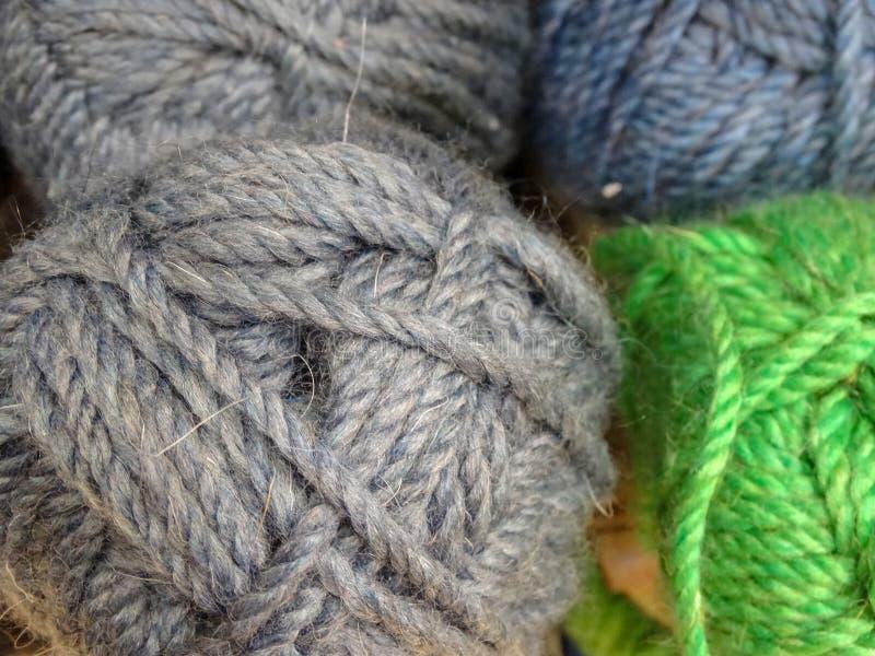 羊毛丝球螺纹多彩多姿的灰色针线逆爱好 图库摄影