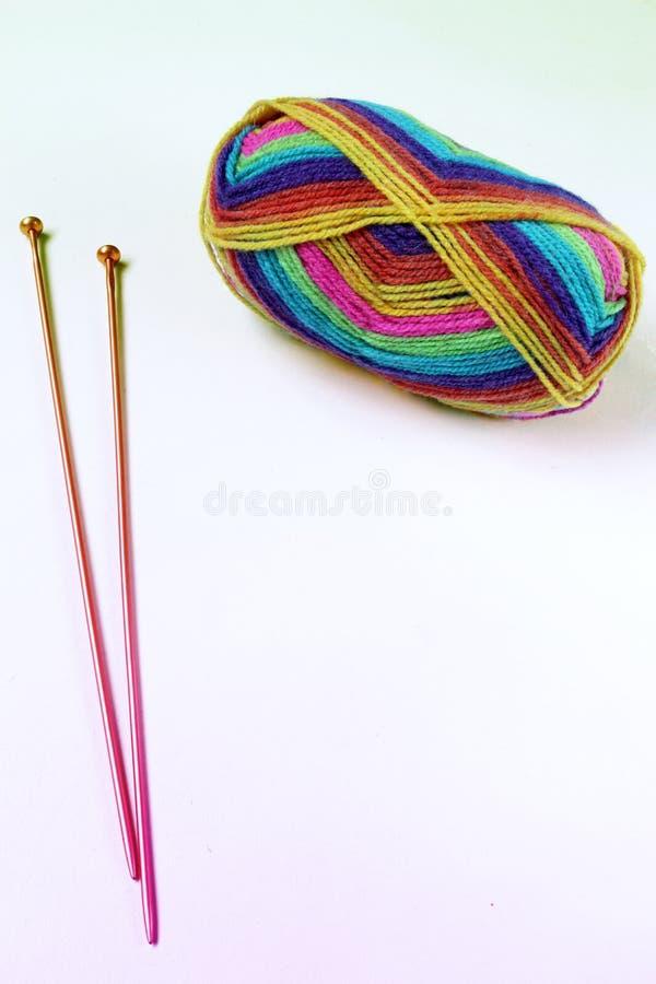 羊毛和编织针球 免版税图库摄影