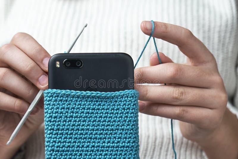 羊毛智能手机盒女孩钩编编织物 免版税库存照片