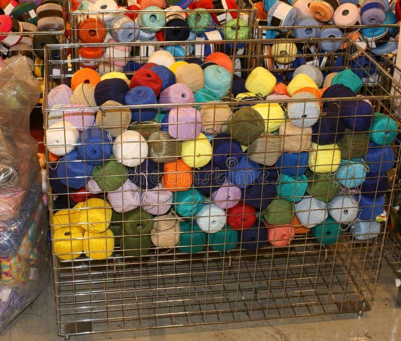 羊毛毛线待售在批发男子服饰用品 免版税库存照片