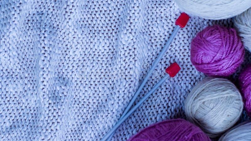 羊毛毛线球编织的在桌上 疯狂温暖的衣裳 库存图片